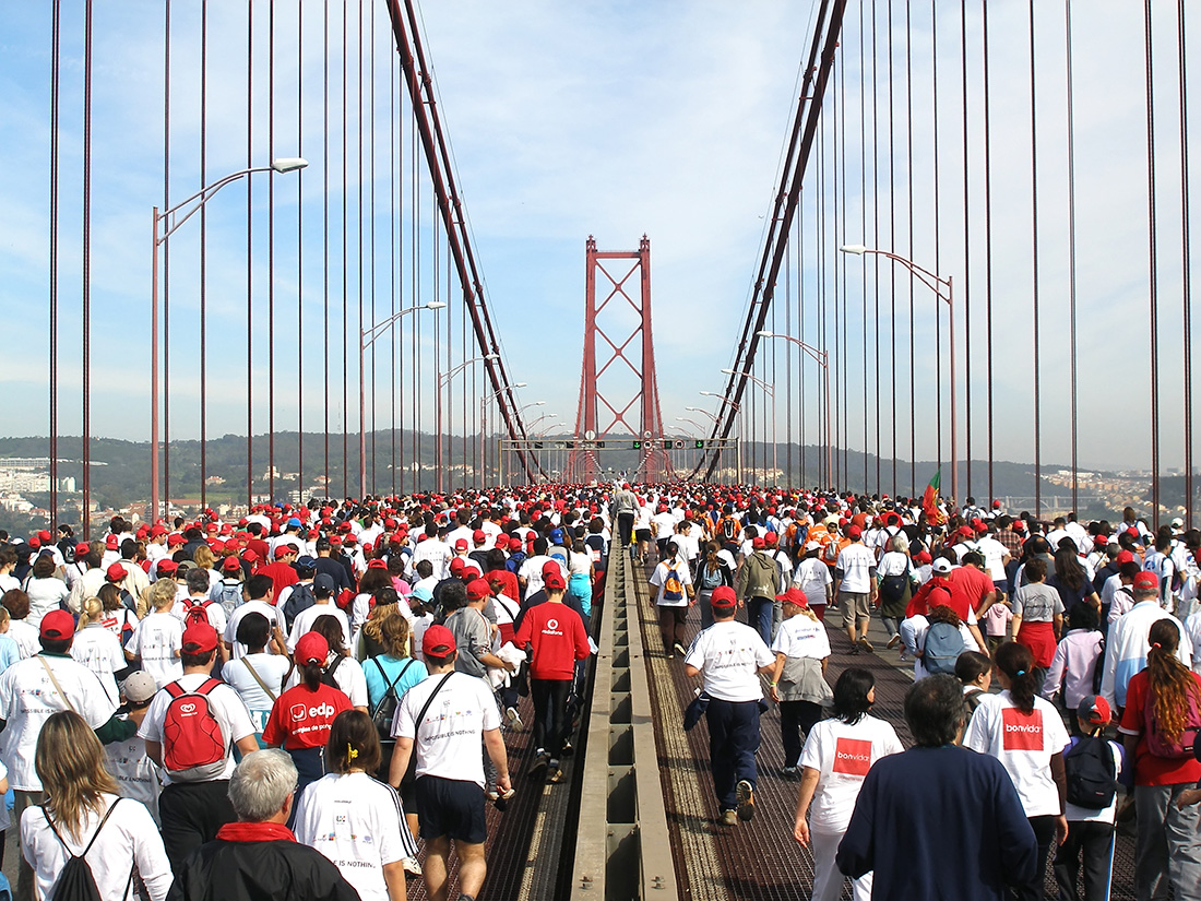 Running the 16th Lisbon marathon crossing the bridge