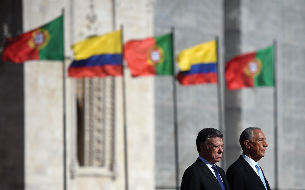 Colombian president Jose Manuel Santos (L) and his Portuguese counterpart Marcelo Rebelo de Sousa listen to national anthems during a welcoming ceremony at Praca do Imperio square in Lisbon on November 13, 2017.