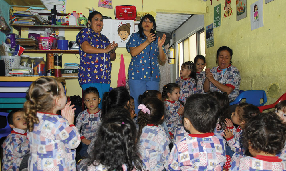 Madres comunitarias singing with children