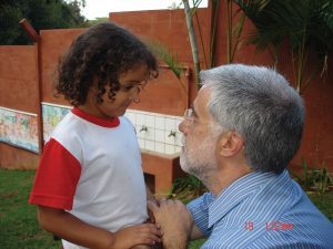 José Pacheco claims that effective learning promotes dialogue, integration and socialization.