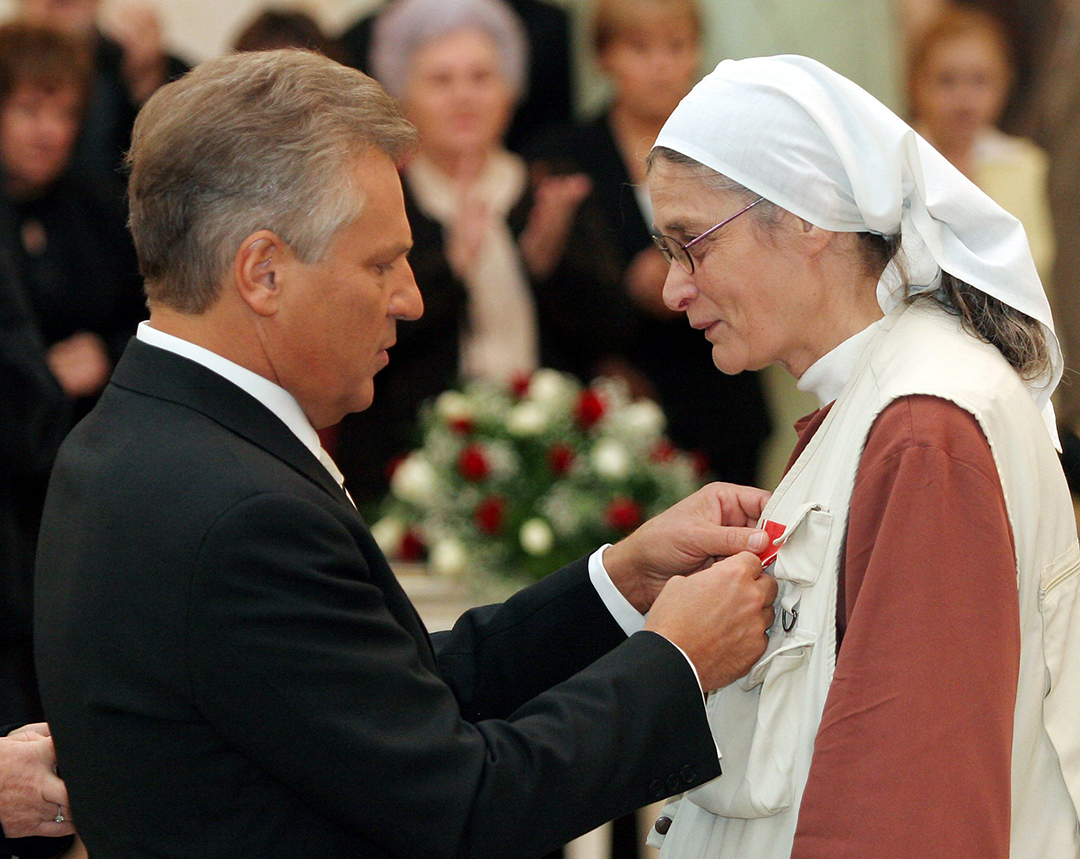Sister Małgorzata Chmielewska being awarded with the Commander's Cross of the Order of Polonia Restituta by Aleksander Kwasniewsk, the President of the Republic of Poland, in 2005.