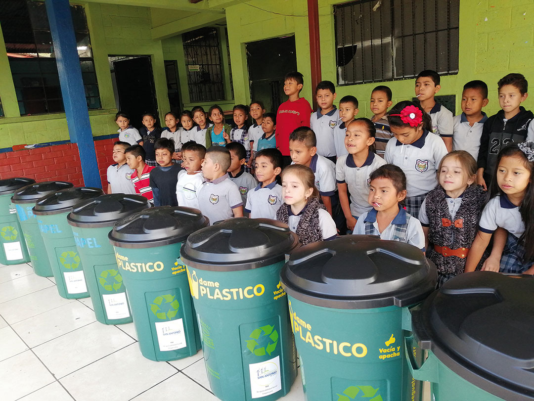 Children learn how to sort waste at school with the help of the recycling bins donated by the San Antonio El Sitio wind farm.